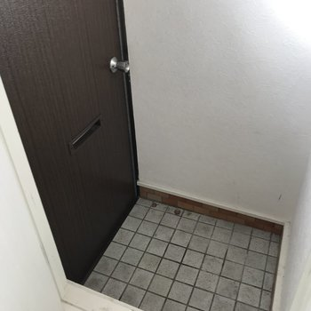 玄関はコンパクト、シューズBOXはありません