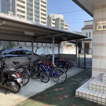 自転車置場はエントランスすぐ手前に。