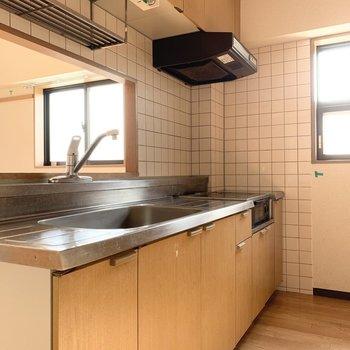 キッチンはゆとりのある空間。窓があるのも嬉しいですね。(※写真はクリーニング前です)