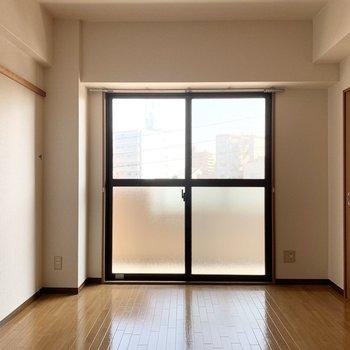 こちらの掃き出し窓の外がベランダです。(※写真はクリーニング前です)