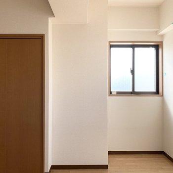 ちょっと奥まった所に窓。2面採光のお部屋です。(※写真はクリーニング前です)