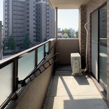 LDKからも洋室からもアクセス可能なベランダ。洗濯物もバッチリ乾きそう。