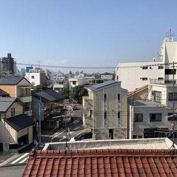 西側の眺望はこちらです。お隣の瓦屋根が良いお色。