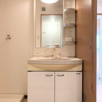 水回りへは廊下からアクセス。入ってすぐ洗面化粧台と隣に洗濯機置場。(※写真はクリーニング前です)