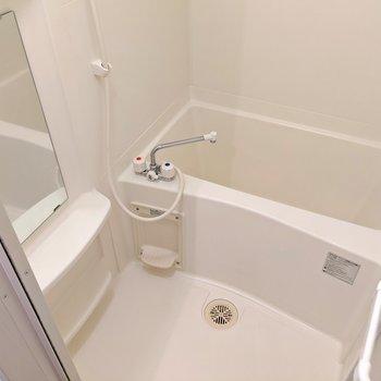 お風呂掃除しやすそう。鏡付きです。ひねる蛇口だけど手元スイッチ付きシャワーヘッドを使えば温度調節もらくらく。