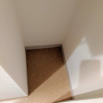下にはお掃除道具、上にはトイレットペーパーのストックなどしまえて便利!!