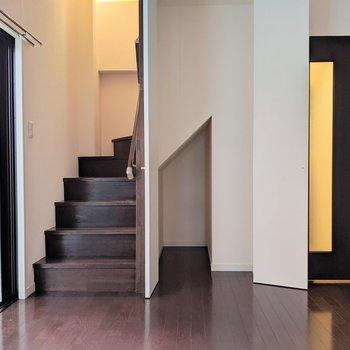 階段横に収納。掃除機とか入れるのにちょうど良さそう!