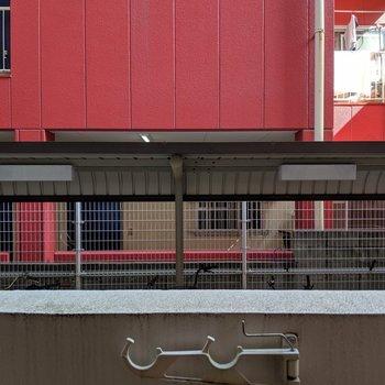 眺望は駐輪場とお隣のビル。。