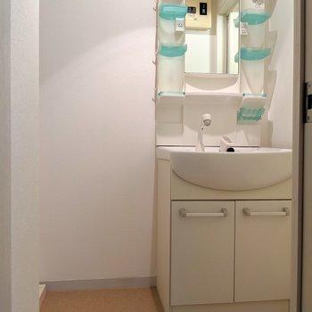 独立洗面台!横にタオルの棚おける♬