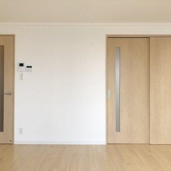 左は廊下、右は奥の洋室につながっています。