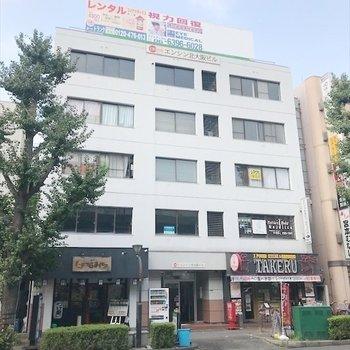 1~3階に店舗が入っている建物です。