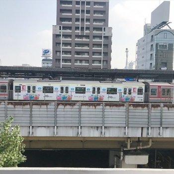 リビングの窓からは電車が見えます。