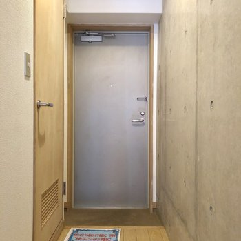 廊下もコンクリで玄関スペースぬかりなく。