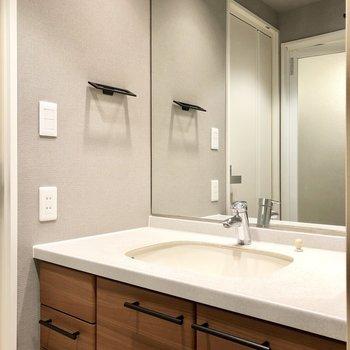 大きな鏡の洗面台、収納力も◎