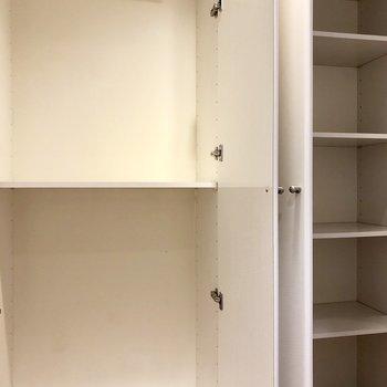 廊下には収納棚あり。