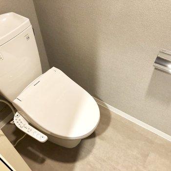 トイレは上部の棚にストックを収納しておけますよ。