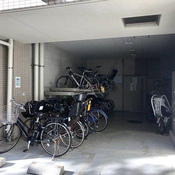 駐輪場も屋内にあって安心。