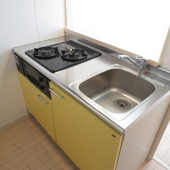 2口コンロのシステムキッチン※写真は8階同間取り・別部屋のものです。
