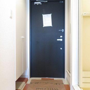 玄関はチェック柄※写真は8階同間取り・別部屋のものです。