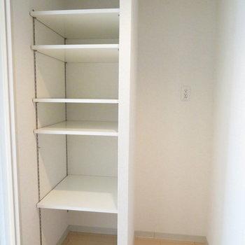 冷蔵庫置き場とその横に嬉しい収納が※写真は8階同間取り・別部屋のものです。