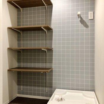 洗濯機置き場とその横には造り付けの棚が!