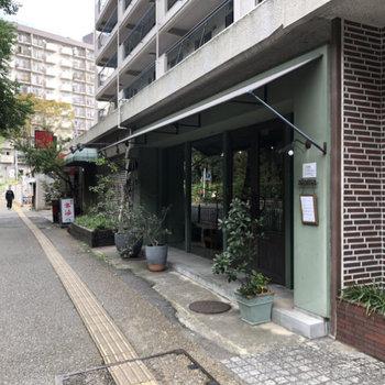 1階には飲食店が並んでいました。