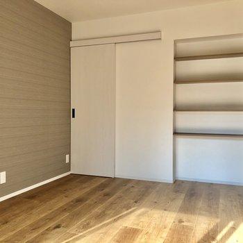 リビング横5.8帖の洋室は夫婦の寝室に!ダブルベッドも置けます!棚には本を並べよう。