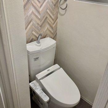 トイレはウォシュレット付き!窓もあるので換気もできます!