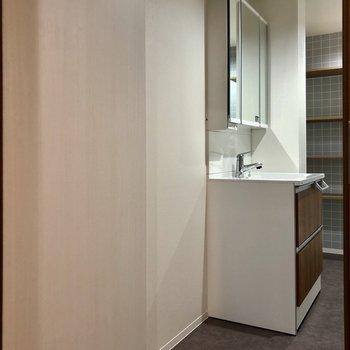 お風呂へは、さらに扉があるので誰かの入浴中も気にせず洗面台使えます!