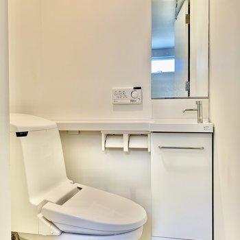 トイレは1階玄関横にあります。手洗い場も付いていますよ。