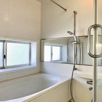 お風呂はゆったり。窓も付いています。