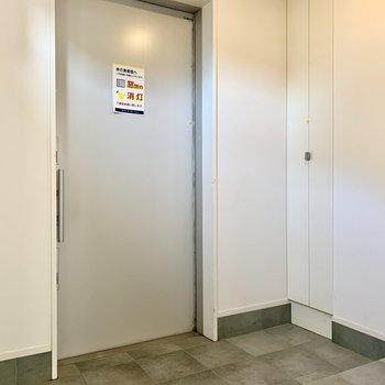 玄関は広々。コンクリートでシックな空間に。