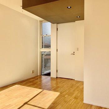 【洋室】グレーの天井がまたおしゃれ。