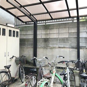 自転車は屋根付きでしっかり守ってくれます。