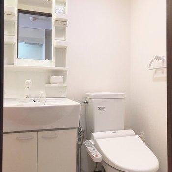 洗面台の横にトイレがあります。※写真は7階の反転間取り別部屋のものです