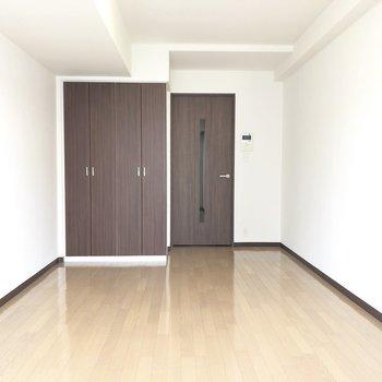 グッと奥行き感のあるお部屋。※写真は7階の反転間取り別部屋のものです