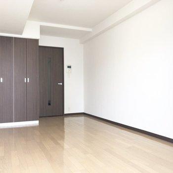 クローゼットとドアの色合いはシック。※写真は7階の反転間取り別部屋のものです
