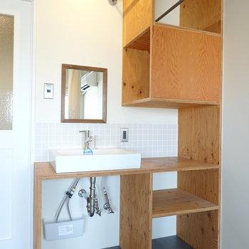 洗面台もお部屋に!こちらも見せる収納に。