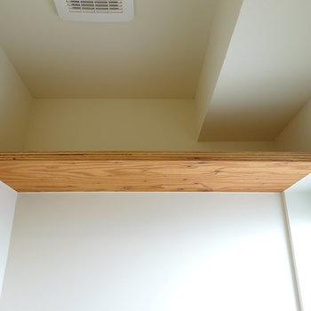 頭上の棚もしっかりとお部屋のテーマに合わせられています。