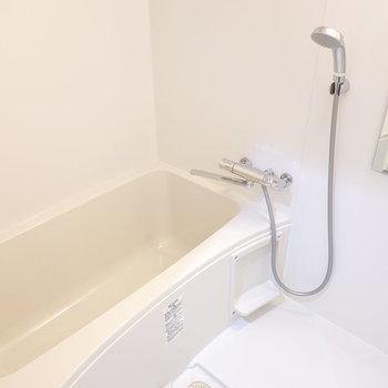 浴槽は広々。シャワーヘッドもセンスある!