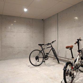 駐輪場の扉はワンタッチ自動なので、自転車をひきながらの開け閉めもラクラク。