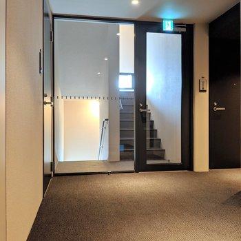 内廊下で絨毯。非常階段までお洒落。