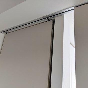 扉はここにスッキリ収納できます。上吊り、下レールなしだから見た目も掃除しやすさもgood◎