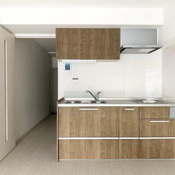 ウッドデザインのキッチン。冷蔵庫は小さめのものがいいな〜(※写真のお部屋は清掃前のものです)