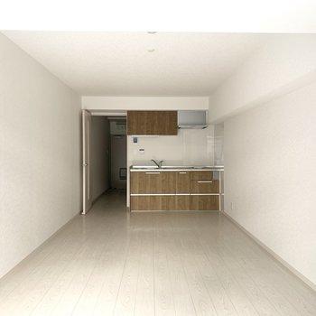11畳の洋室。これくらい広いワンルームなら家具配置を工夫して広く使えそう◎(※写真のお部屋は清掃前のものです)