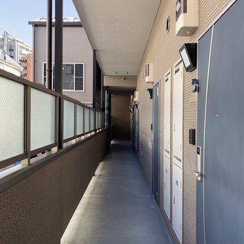 廊下は屋根がついてるので雨の日も安心です。