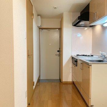洋室から玄関です。左側にサニタリーあります。※写真は1階の同間取り別部屋のものです