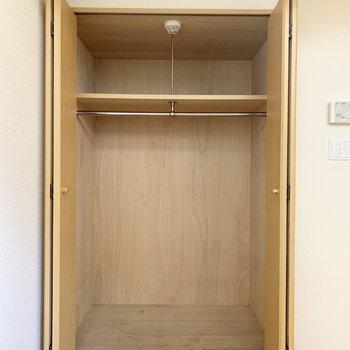 【洋室】収納はどーんと。奥行きもあるので、1人分なら困らないと思いますよ。※写真は1階の同間取り別部屋のものです
