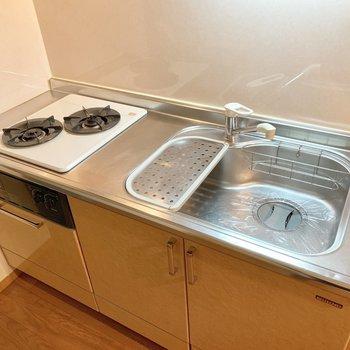 キッチンは2口コンロ、シンクも広くてお料理しやすそう。※写真は1階の同間取り別部屋のものです
