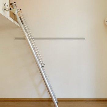 【洋室】こちら側の壁には絵や服などかけられそうです。※写真は1階の同間取り別部屋のものです
